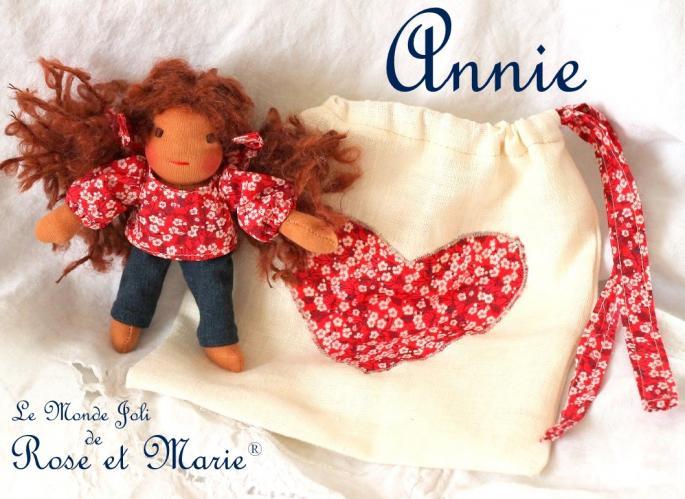 Annie, petite poupée waldorf 15 cm et sa pochette en lin et Liberty