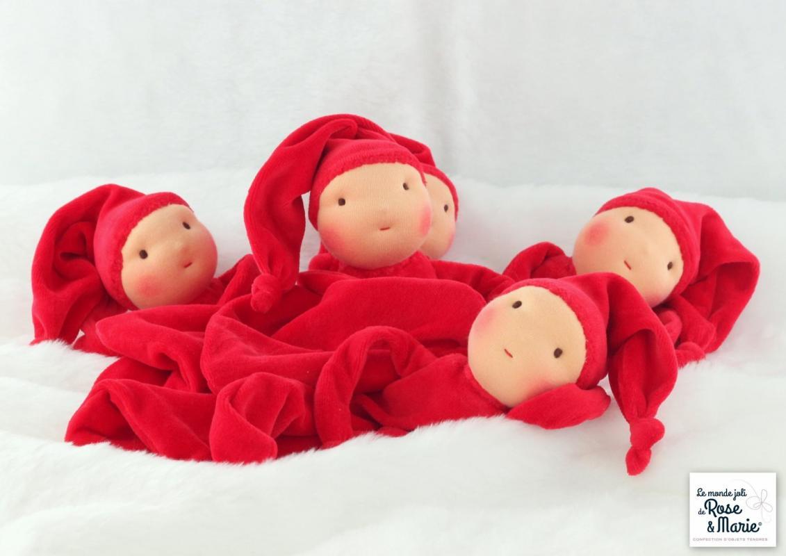 Doudous rouges le monde joli de rose et marie