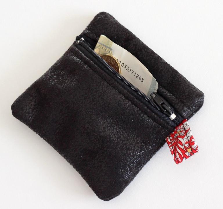 Petit porte monnaie noir, doublé de Liberty June's Meadow rouge
