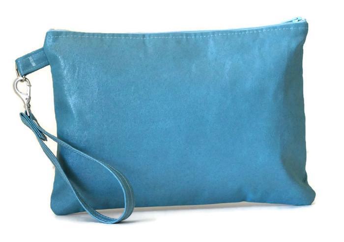 Pochette, faux cuir ameublement bleu azur, avec dragonne amovible et Liberty Mauvey rose