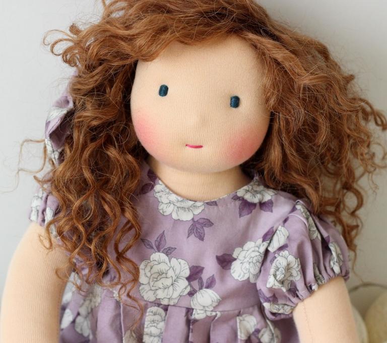 Lilas, grande poupée d'inspiration waldorf de 42 cm