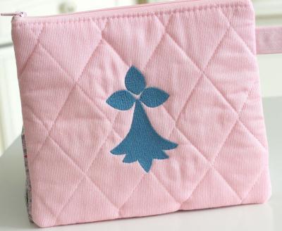 Pochette matelassée brodée rose pâle - BZH bleue
