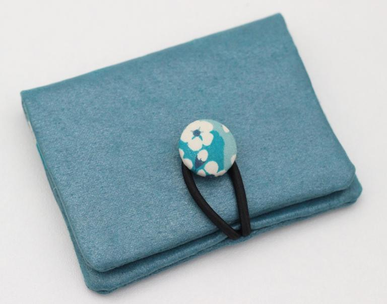 Petit porte cartes bleu azur, doublé de Liberty Mitsi menthe à l'eau