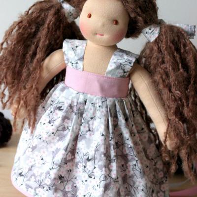 Poupée waldorf fille, personnalisée, avec chevelure en laine