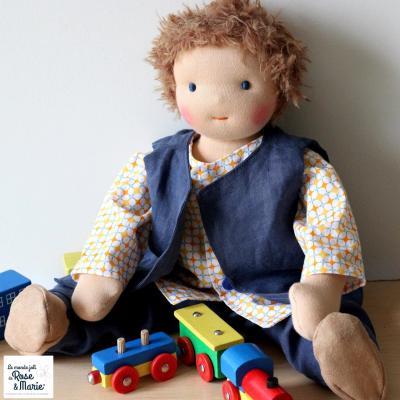 Poupée waldorf garçon, poupon personnalisé avec chevelure en laine