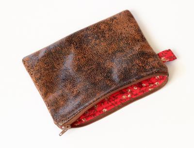Pochette en  simili cuir marron effet veilli et coton fleuri rouge