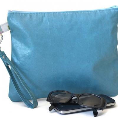 Pochette, faux cuir ameublement bleu azur, avec dragonne amovible et Liberty Mirabelle